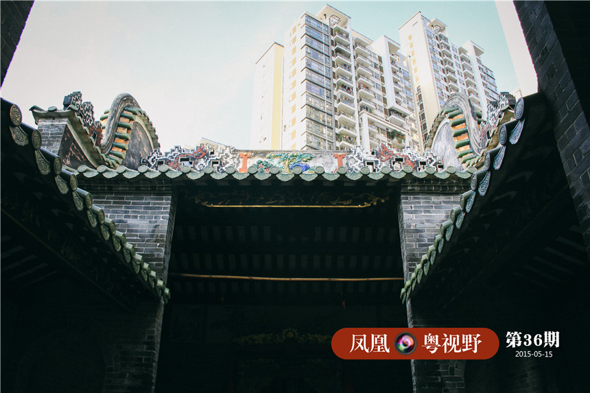 透过神庙屋顶可以清楚看到旁边高耸的猎德花园。