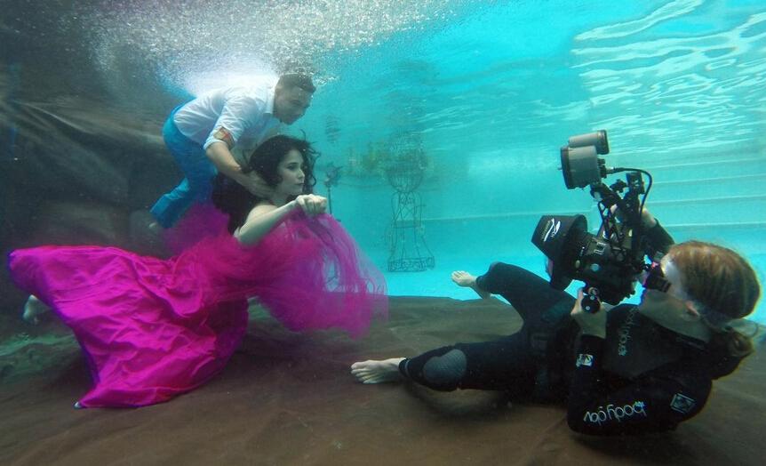 美国女孩将自家游泳池改成摄影棚