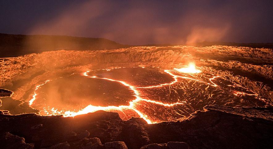 摄影师冒险拍摄熔岩湖壮美景象