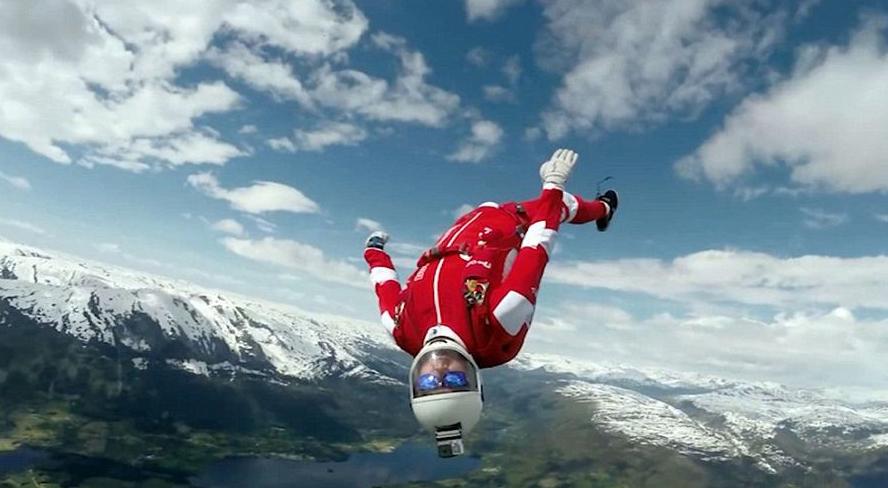 极限运动员与队友表演空中接力特技