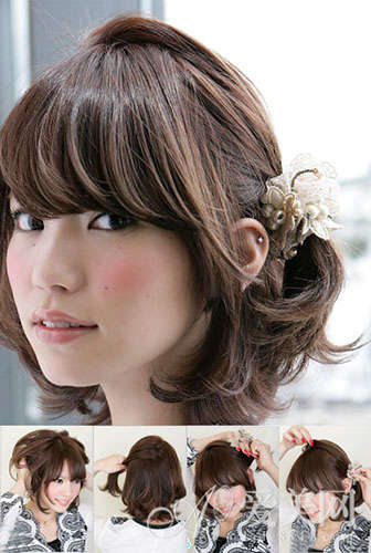 扎发步骤: Step 1 用十指从头发内层往上轻轻梳理头发,同时将定型产品抹在头发内,一方面方便造型,另一方面使发型更具空气感。 Step 2 在发顶抓起适量的发束,与左耳后的发束一起进行公主头扎发,注意留好前面的侧发,能起到很好的修颜效果。 Step 3 用清新可爱的蕾丝珍珠花朵发饰固定好发辫。 Step 4 最后在发顶处轻轻拉动发丝,突出轻盈蓬松的感觉。