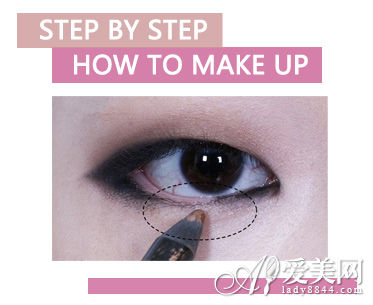 ★ STEP 7 最后刷上睫毛膏就完成了,简单的烟熏妆也可以适合单眼皮的mm,也可以散发迷人魅力哦!