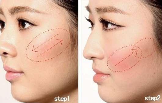 女人味混搭刷法1 Step1:用附带的粉刷蘸取橘粉色,由颧骨顶点开始朝颧弓方向斜向上刷,斜面的刷头毛质柔软,所以一次只蘸少量即可,纯色的橘粉令妆容看起来整洁。 Step2:将腮红涂在苹果肌和颧骨下方鼓起的脸蛋处,将腮红刷竖着拿,轻轻由内向外反复刷。