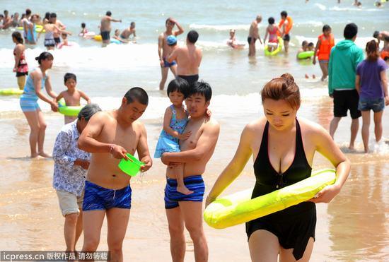 海滨浴场美女连云港海滨浴场美女海边浴场比基尼连岛
