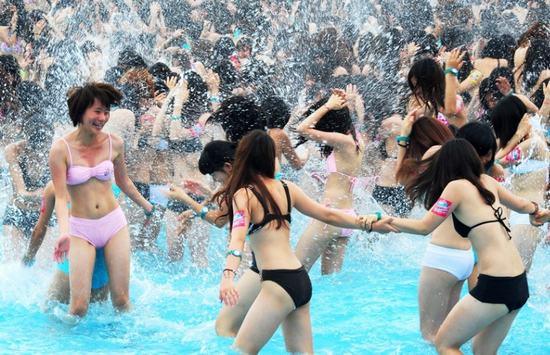 浴场比基尼打水仗三亚湾海水浴场比基尼美女海滨浴场