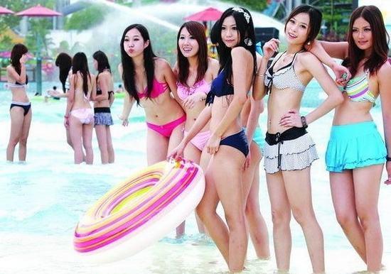 海滨浴场 性感比基尼引男人侧目