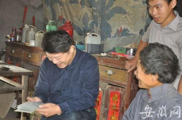 用慈佛寺村,朱潜(左一)和贫困户聊得火热。