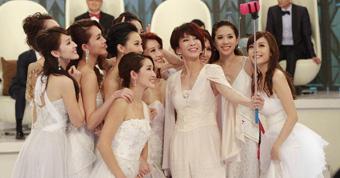2014香港小姐10强诞生 众候选佳丽台上玩自拍
