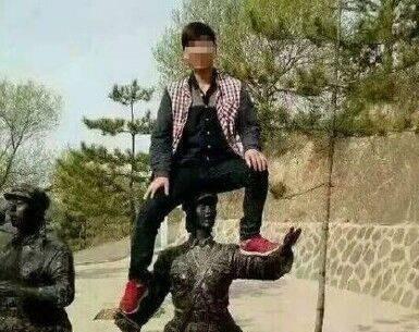 游客爬延安女红军雕像 被列入全国游客黑名单10年