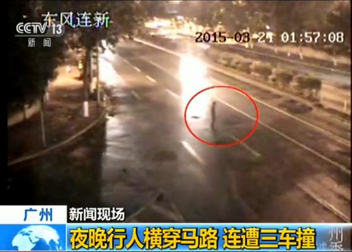 广州:夜晚行人横穿马路连遭三车撞
