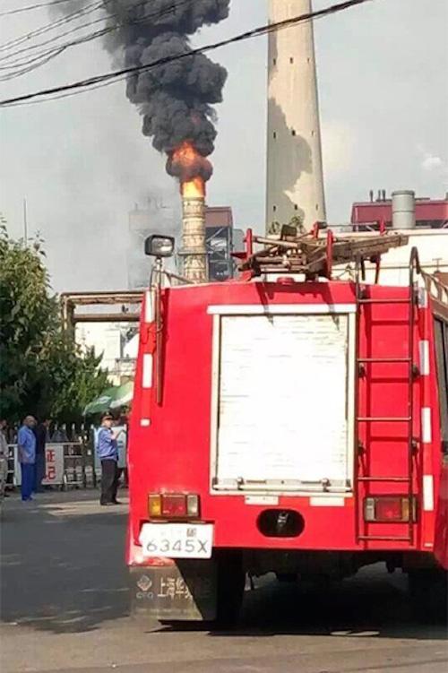 今天上午8点40分许,微博网友爆料称,华电青岛发电有限公司一烟囱起火