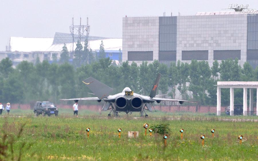 """歼-20连续两天试飞 """"枭龙""""挂新型电子吊舱伴飞"""