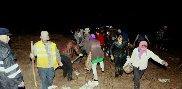 兰青铁路塌方段通行未受明显影响 二百多村民清淤