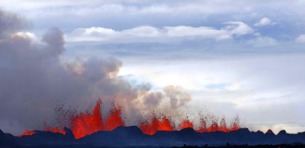 冰岛火山出现新裂缝再度喷发 发布红色预警