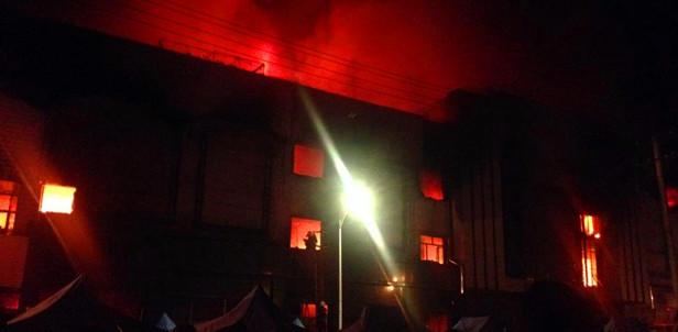 哈尔滨马克威商场起火 现场浓烟滚滚
