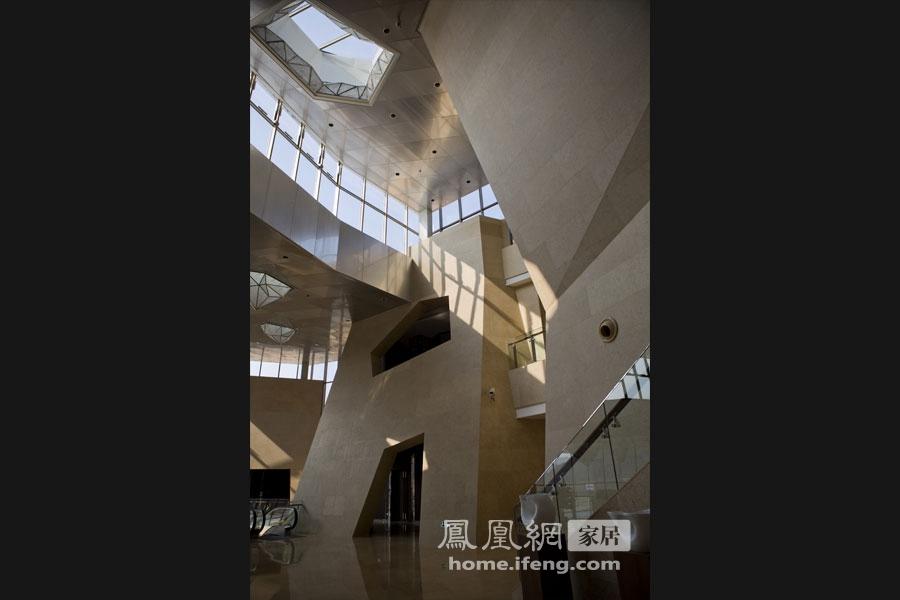 项目名称:项目名称:北京谷泉会议中心。会议中心总建筑面积42714平方米,本案设计强调的是中国传统绘画中山水意境的新表达。试图以新的空间语境构建人与自然对话的桥梁,通过建筑造型与室内空间的有机结合,把建筑与环境浑然天成的艺术追求在室内空间中进一步转化和加强。堆叠的体块,质材、光线等,使空间意化成一种抽象载体,是山是水、或是一种东方遐想。客房以传统折扇形式为床背景造型,选用两种布艺相嵌在一起,形成一种独特的视觉效果和肌理感受,自然意象中透露出丝丝清韵。