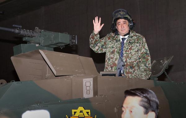 据日本新华侨报网报道,日本首相安倍晋三27日出现在千叶市的网络爱好家集会上。他身穿迷彩服头戴钢盔的登上展出中的日本陆上自卫队最新型战车,向到场的网民们进行选举宣传。有年轻的日本网民尖锐…