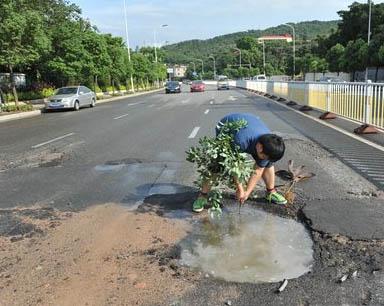 福州洪甘路污水管网破裂:积水藏深坑 连坑三车