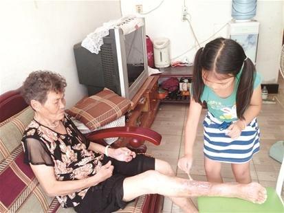 9岁童照顾生病奶奶 每晚握着手生怕奶奶醒不过来