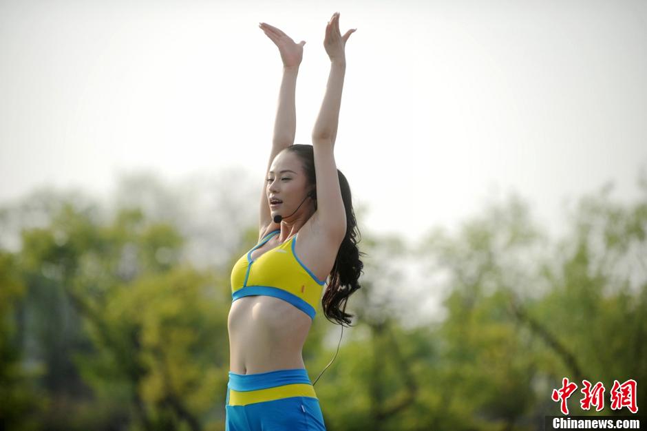 """瑜美人""""领衔 扬州瘦西湖畔千人练瑜伽 ( 6 /7)"""