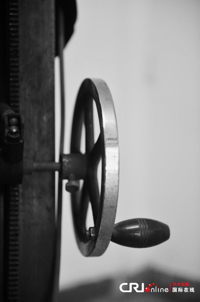 鸥大型立式老式照相机上的调节高低的轮子 林师傅认为,对于老相