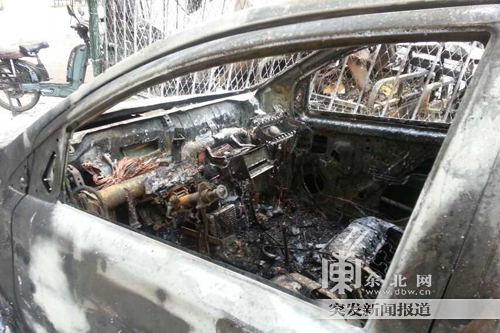 被烧毁的尼桑轿车.网友提供高清图片