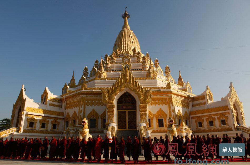 1万余众.缅甸僧人戒律严格,古风犹存.僧人每日赤脚托钵乞食,