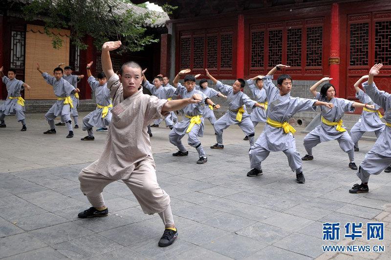 年来到河南嵩山少林寺,参加在这里举行的2014少林寺青少年体验营