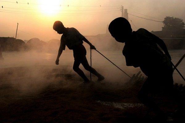 """暗访""""中国服装之都""""童工:连续工作20小时 经常被打-激流网"""