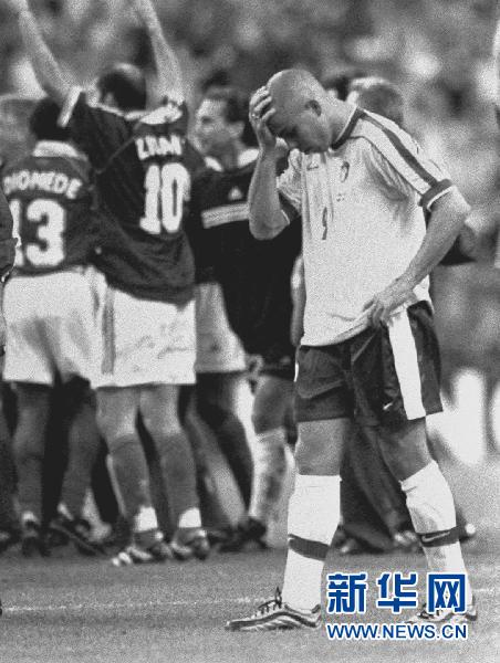 日,在第16届法国世界杯决赛中,巴西队爆冷以0比3负于东道主法国