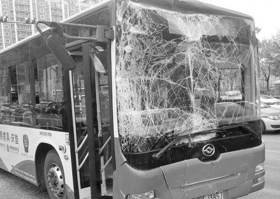 295路公交车前挡风玻璃严重破损,两车共21名乘客不同程度受伤。