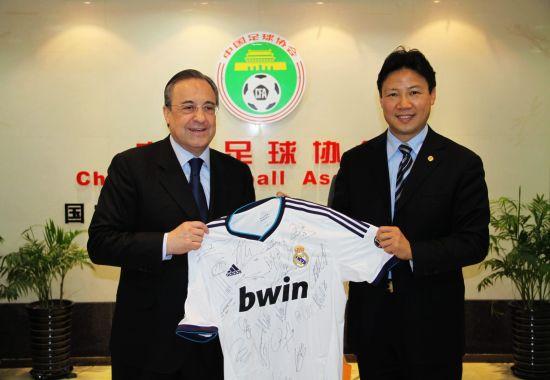 弗洛伦蒂诺向中国足协赠送365bet签名球衣