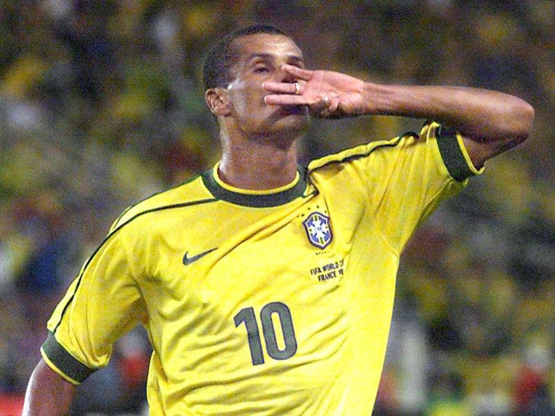 北京时间3月15日消息,巴西传奇球星里瓦尔多在自己的推特和instagram上正式宣布退役。里瓦尔多表示,今天我要告诉全世界的里瓦尔多球迷,我作为球员的历史走到了尽头,我要感谢上帝,感谢我的家人,以及我24年职业生涯收到支持和喜爱。