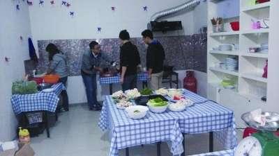 """大学生将出租房改装成""""厨房派对屋""""营业图片"""