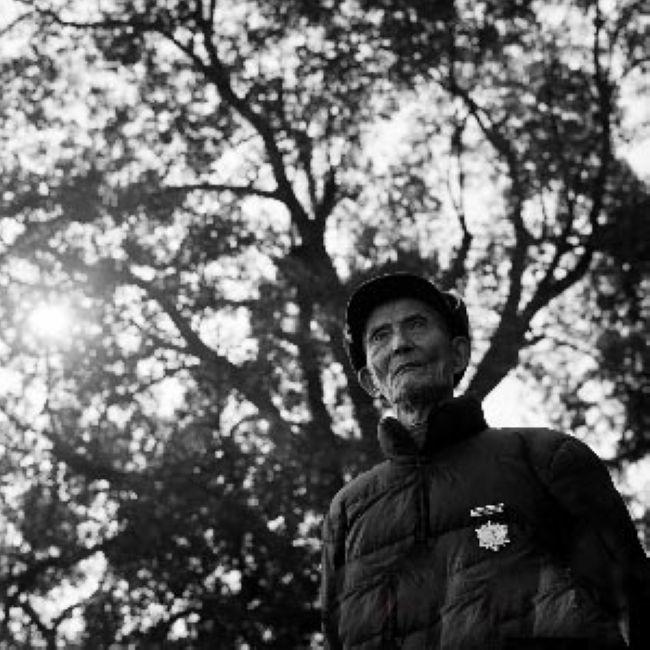 """朱锡纯(1924-),又名邓锡纯,湖南平江人。中国远征军第一路第5军新22师政治部少尉干事。是幸存老兵中少数获颁""""抗日战争60周年纪念章""""者。(来源:凤凰网历史)"""