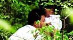 已婚女野外私会情人 母亲帮其放风