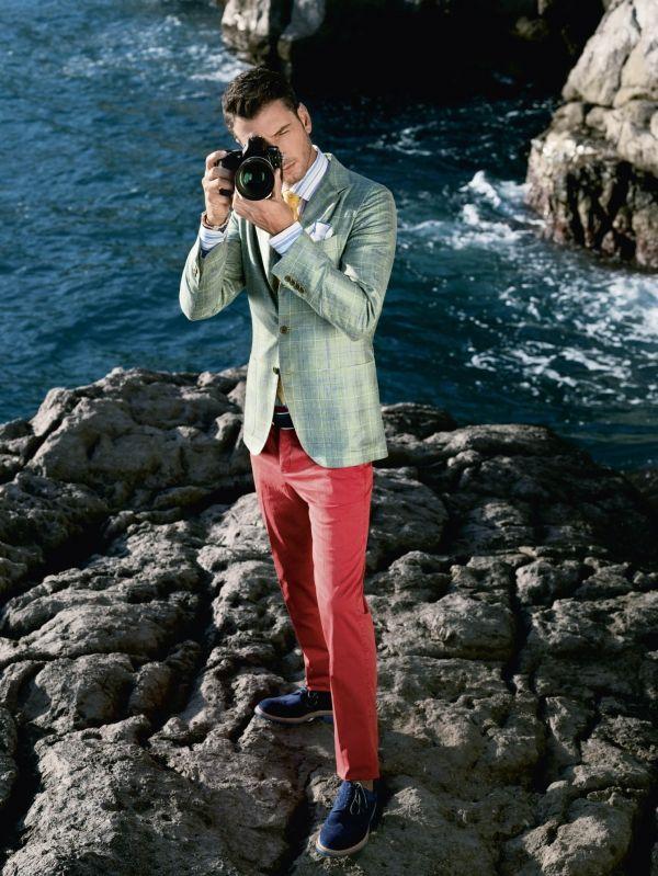 红裤子及海军蓝皮鞋的大胆搭配
