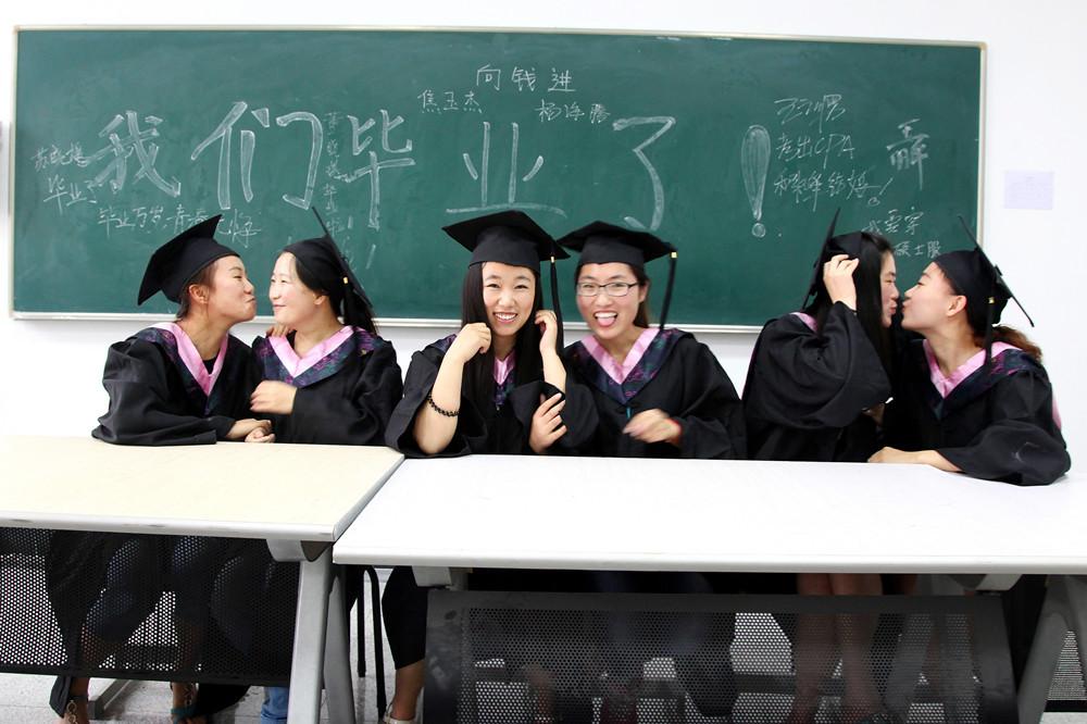 青岛大学生晒奇葩毕业照 最后一次狂欢(组图)
