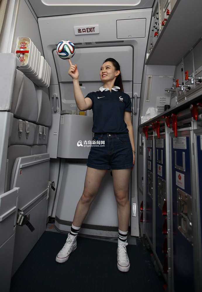 空姐变身足球宝贝 高空上演世界杯