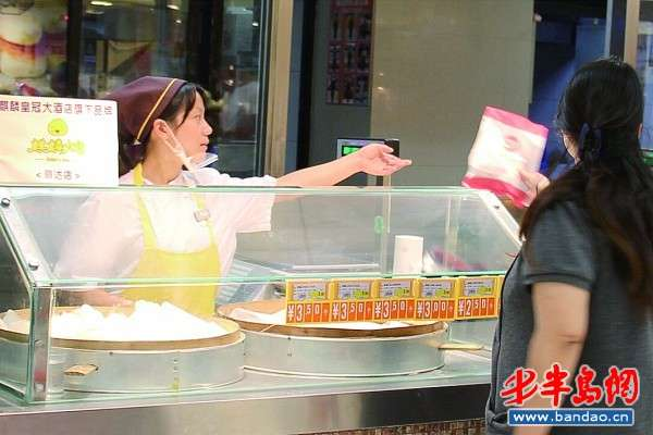 9月11日,崂山区丽达超市内,麒麟大包工作人员邵芳芳在售卖。