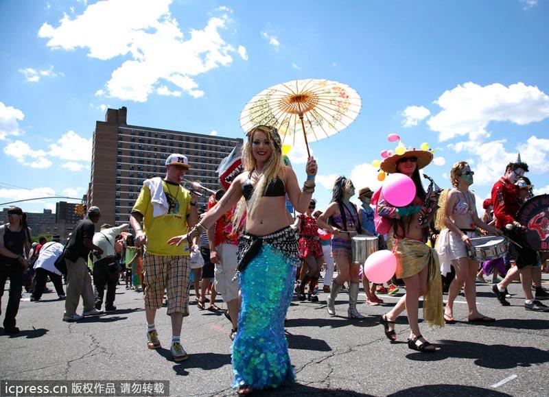 美女游行扮美人鱼 上身简单装饰造型惊艳 时尚