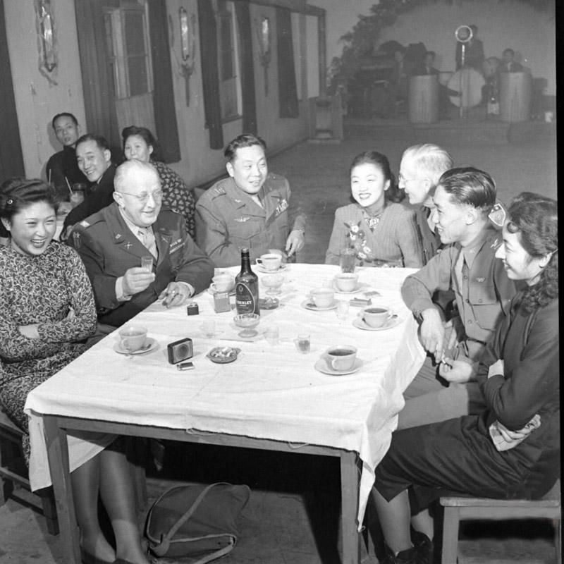 这是一组由美国生活杂志摄影师马克·考夫曼,于1947年2月内战时期拍摄的国军老照片,反映了当时国军军官纸醉金迷,灯红酒绿的社交娱乐生活。(图片来源:资料图)