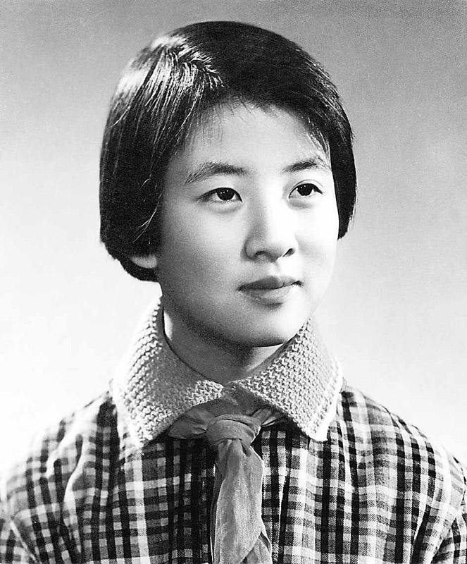 """黄帅的""""故事""""发生在1973年年底。黄帅那年12岁,在北京海淀区中关村第一小学五年级二班上学。班主任是位二十多岁小伙子,语文课讲得极好。他让全班同学都认真写日记,要写心里话。9月7日,黄帅写了这么一篇日记:""""今天,××没有遵守课堂纪律,做了些小动作,老师把他叫到前面,说:'我真想拿教鞭敲你的头。'这句话说得不确切吧,教鞭是让你用来教学,而不是来打同学脑袋的。希望你对同学的错误耐心帮助,说话多注意些……""""(图片来源:资料图 文字来源:光明网)"""