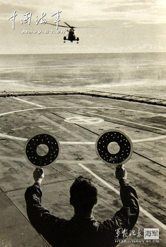 一位权威的军事理论家指出:在现代海战条件下,没有舰载航空兵的海军不是一支真正的海军。图为郭文才首次在长江口驾机着舰成功。(图片来源:人民网)
