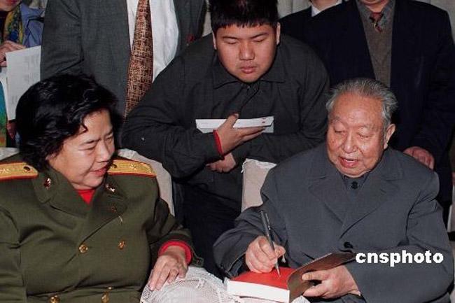 """华国锋,1921年生,山西交城人。中国共产党党员,曾担任中国共产党和国家重要领导职务,于2008年8月20日12时50分在北京逝世,享年87岁。华国锋因深入工农业生产第一线,工作细致认真,被毛泽东评价为""""讲老实话,是老实人""""。图为1996年12月26日毛泽东诞辰103周年,时年75岁的华国锋到北京毛主席纪念堂瞻仰毛泽东遗容后,为毛泽东的亲属签名留念。中新社发 任晨鸣 摄。"""