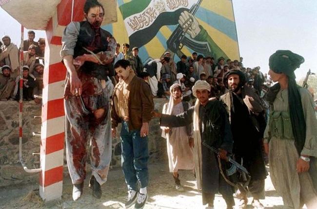 穆罕默德/当时联合国副秘书长古尔丁正在喀布尔,他希望能帮纳吉布拉离开...