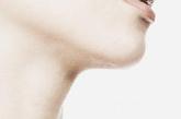 女人通过涂不同颜色的口红来突出自己的双唇,意在暗示异性我想吸引你,我正在发情期。