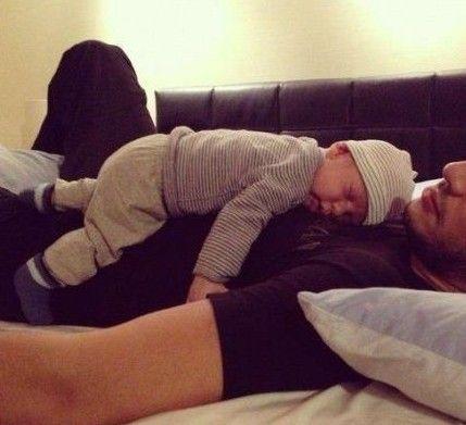 看到爸爸搂着宝宝那沉沉的睡姿,相信每个妈妈都会发自内心的微笑.