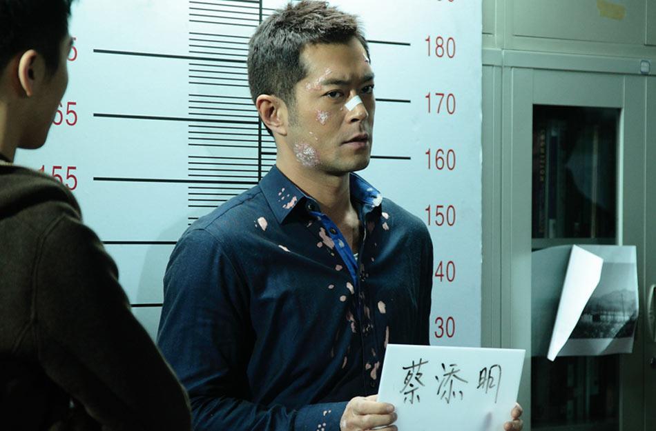 《毒战》将于4月11日在内地公映。古天乐饰演毒贩,杜琪峰亲自出手为其剪头发、做造型,脸部挂彩伤伤夺目,再加上犀利毒辣的眼神,整个人散发着一股不要命的凶狠。图为《毒战》剧照。