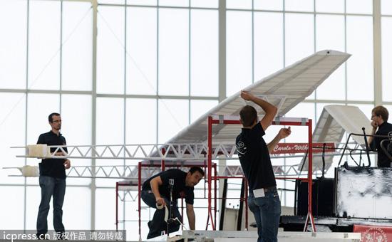 德学生制世界最大纸飞机可飞18米